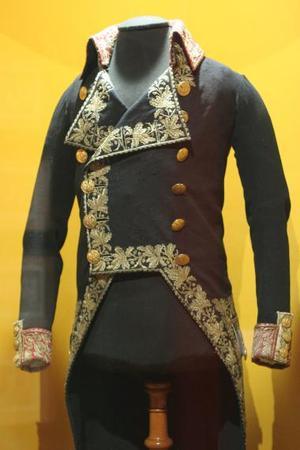 Unos 200 objetos que pertenecieron a Napoleón Bonaparte, uno de los más brillantes militares de la historia, son exhibidos en el Museo del Vidrio de Monterrey, en el norte de México.