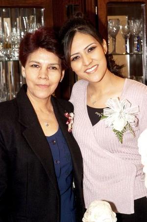 de_17022006  Rocío Aguilar Martínez en compañía de su mamá, María Aurora Martínez de Aguilar, quien le ofreció una despedida por su cercano enlace.