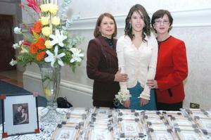 de_18022006  Miriam Cuéllar acompañada por su mamá y su suegra en su despedida de soltera.