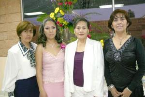 de_22022006  Cristina Morales Guerrero acompañada por las organizadoras de su despedida de soltera