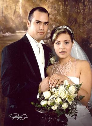 Sr. José Luis Pong Meraz y Srita. Violeta Plascencia Vargas, el día de su enlace nupcial.  <p><i> Fotografía:  Reyes G</i>
