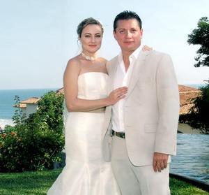 Ing. Jorge Prado Montes de Oca y Lic. Arleth Leal Metlich recibieron la bendición nupcial en la Casa de la Sombra de la Cruz en Acapulco, Guerrero el 29 de octubre de 2005.
