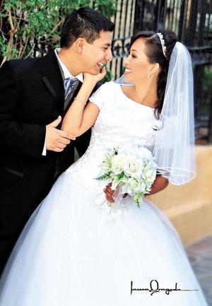 Sr. Pedro Noé Moo Castro y L.C.Q. Brenda Marlén Arreola Talamantes contrajeron matrimonio en el templo de Jesucristo de los Santos de los últimos Díaz en Monterrey N.L., el pasado mes de agosto.   <p><i> Fotografía:  Laura Grageda</i>