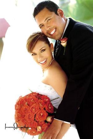 Sr. David González Venegas y Srita. Ana Lynn Villa Salcido contrajeron matrimonio religioso en la parroquia de San Pedro Apóstol el siete de mayo de 2005.  <p><i> Fotografía:  Laura Grageda</i>