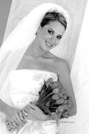 Srita. Claudia Roca Nahle el día de su enlace nupcial con el Sr. Luis Antonio Medrano Urdaibay.  <p><i> Fotografía: Maqueda</i>