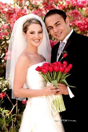 Sr. Luis Antonio Medrano Urdaibay y Srita. Claudia Roca Nahle recibieron la bendición nupcial el 19 de noviembre de 2005.  <p><i> Fotografía:  Maqueda</i>