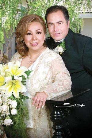 Sr. Ramón Domínguez y Srita. María Ernestina Rivas Ortiz contrajeron matrimonio el sábado 17 de diciembre 2005. <p><i> Fotografía:  Sosa</i>