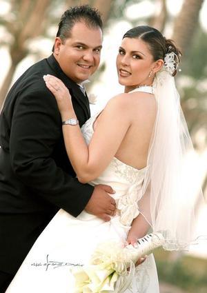 Sr. Sergio Jesús Meraz Sánchez y Srita. Violeta Ivonne Marmolejo Carmona contrajeron matrimonio en la Parroquia Los Ángeles el 12 de noviembre de 2005. <p><i> Fotografía:  Maqueda</i>