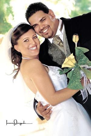 Sr. Víctor Manuel Quiñones González y Srita. Araceli Castorena Rivas recibieron  la bendición nupcial en la parroquia del Señor de la Misericordia, el pasado 20 de agosto de 2005.  <p><i> Fotografía:  Laura Grageda</i>