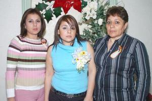 de_26022006  Karla María López Ramos acompañada por su mamá y su hermana el día de su despedida de soltera