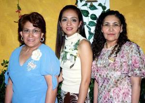 de_28022006  Fabiola Salcido Rivera en compañia de s u mamá y de su suegra en su fiesta de despedida de soltera.