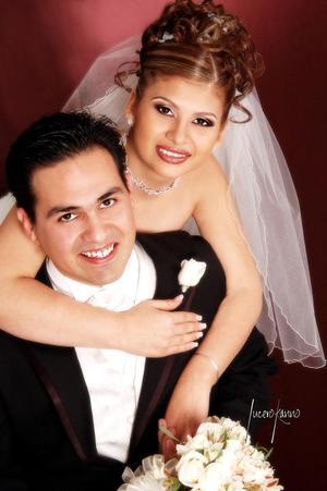 I.Q. Adrián Guerrero Medina Ogaz e I.S.C. Patricia Barajas González recibieron la bendición nupcial en la parroqua de San Pedro Apóstol el 14 de enero de  2006. <p><i> Estudio fotográfico: Lucero Kano</i>