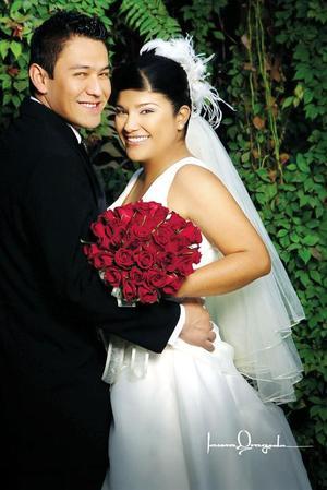 Sr. Jorge García Hernández y Srita Janeth Virginia Meza Sánchez recibieron la bendición nupcial en la parroquia de San Pedro Apóstol el cuatro de enero de 2006.   <p><i> Estudio fotográfico: Laura Grageda</i>