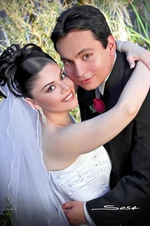 Lic. Manuel Rodríguez Chávez y Srita. Carmen Beatriz Machuca Samaniego contrajeron matrimonio en la parroquia de La Sagrada Familia el 18 de febrero de 2006.    <p><i> Estudio fotográfico: Sosa </i>