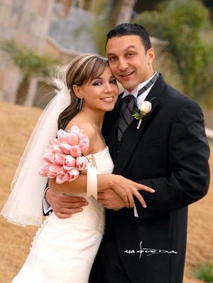 Sr. Arturo García Aymerich y Srita. Tuty Valles Villarreal recibieron la bendición nupcial en la parroquia Los Ángeles el 28 de enero de 2006.    <p><i> Estudio fotográfico: Maqueda. </i>