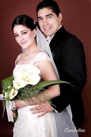 Sr. Omar Álvarez Solís y Srita. Gisela Salsamendi Cárdenas contrajeron matrimonio religioso en la parroquia Los Ángeles el 11 de febrero de 2006.  <p><i> Estudio fotográfico: Clandestino </i>