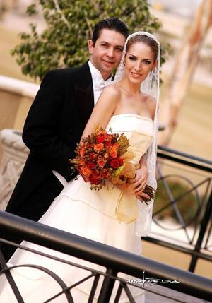 Sr. Marco Antonio Landeros Treviño y Srita. María Ángel Sirgo González recibieron la bendición nupcial en la parroquia Los Ángeles el 14 de enero de 2006.   <p><i> Estudio fotográfico: Maqueda</i>