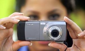 Aquí muestran un teléfono celular de Samsung que permite grabar, enviar y recibir imágenes, audio y video.