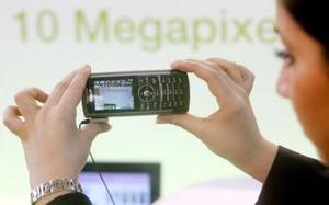 La modelo detiene un teléfono celular completamente inovado y con nuevas y mejores funciones elborado por Samsung.