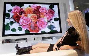 Panasonic también mostró en la mayor feria de informática del mundo, que en esta edición se celebra entre el 9 y el 15 de marzo, un televisor de pantalla plana de plasma de 103 pulgadas (2.5 metros de diagonal), el mayor del mundo hasta la fecha con esta tecnología.