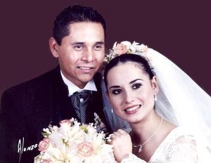 Ing. Mario Fernández Ceniceros y Lic. Enf. Guadalupe Castillo Gómez contrajeron matrimonio  religioso en la iglesia de San Felipe de Jesús, el sábado 11 de marzo de 2006.   <p> <i>Fotografía:  Alonzo</i>