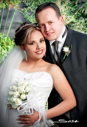 I.I.S. Mario Montes Escobedo y Lic. Yasmín Margarita Moreno Robles contrajeron matriomonio religioso en la parroquia de La Sagrada Familia el 11 de marzo de 2006. <p> <i>Fotografía:  Sosa</i>