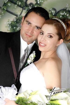 Lic. Rubén G. Castañeda Navarrete y Srita. Sherezada Tapia Soto contrajeron matrimonio el pasado 25 de febrero.   <p> <i>Fotografía:  Fassio</i>