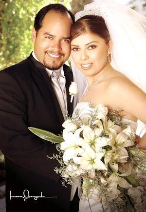 Lic. Luis Antonio Flores Àvila y Lic. Guadalupe Gómez López contrajeron matrimonio el pasado 25 de febrero en la parroquia del Señor San José en Lerdo Durango.  <p> <i>Fotografía:  Laura Grageda</i>