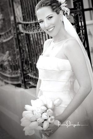 Srita. Gabriela Alarcón Díaz Flores, el día de su boda con el Sr. Alejandro Garza Rodríguez.  <p> <i>Fotografía:  Laura Grageda</i>