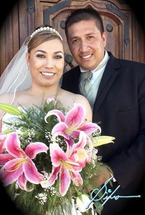 Sr. Mario Alberto Vázquez Jaques y Srita. Mirna Siller Trejo contrajeron matrimonio religioso en la parroquia de La Sagrada Familia.  <p> <i>Fotografía:  Silvo</i>