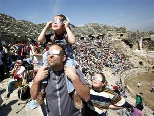 En el noreste de Turquía, los atemorizados residentes de la localidad de Niksar, que recordaron cómo, en 1999, un eclipse fue seguido de un terremoto devastador, prefirieron curarse en salud esta vez y abandonaron sus casas, instalando tiendas de campañas por si la historia se repitiera. <P> El eclipse total, tras cruzar el mar Negro, pasó por Georgia, el sur de Rusia y Kazajistán, y fue total en el Cáucaso norte, a orillas del Mar Caspio y en Siberia Oriental, al otro lado de los Urales.