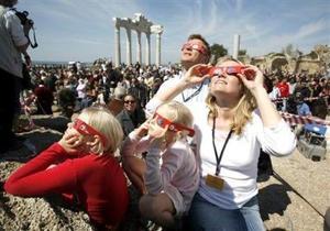La umbra llegó a Turquía, país que superó con creces a Libia en su ejercicio de turismo astronómico, ya que, según los cálculos, contó con entre 50 mil y 200 mil visitantes que querían vivir la noche profunda a mediodía. <p> Fue desde la localidad turca de Side, en la costa del mar Negro, que la NASA emitió su programación, por televisión e Internet, de imágenes en tiempo real del eclipse, acompañadas por los comentarios de científicos de la Agencia.