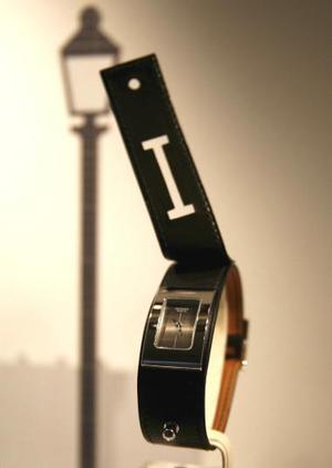 Un reloj con pulsera de cuero en el escaparate de Hermes en la feria 'Baselworld' de joyería, relojería y bisutería, en Basilea, Suiza.