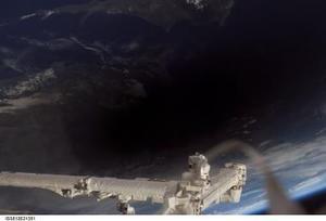 La sombra de la luna se puede ver sobre la tierra desde la Estación Espacial Internacional, a 370 km sobre el planeta, durante el eclipse total.  En la imagen se puede ver una porción de Chipre y la costa de Turquía en el mar mediterráneo.