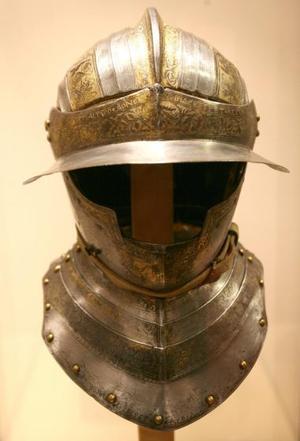 El casco de una armadura de Carlos III puede verse en la ciudad del Vaticano, en la exposición organizada con motivo del 500 aniversario de la fundación de la guardia suiza.
