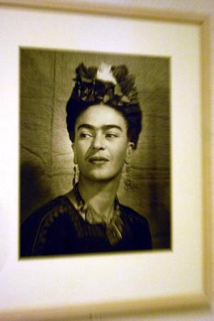 Uno de los 53 retratos realizados entre 1909 y 1954 por prestigiosos fotógrafos y personajes del entorno de la artista mexicana Frida Kahlo, que se muestran  en la exposición