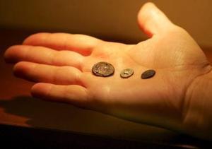 Un arqueólogo griego sostiene tres de las cuarenta y ocho monedas antiguas que han sido devueltas a Grecia por el gobierno sueco.    <p>Las piezas, de 2 mil 400 años de antigüedad, habían sido dadas por perdidas por la administración griega, cuando en realidad habían sido entregadas a Suecia para su conservación en el año 1922, poco después de que fueran descubiertas por el Instituto Arqueológico Sueco en unas excavaciones de la localidad de Asini, en el sur de Grecia.