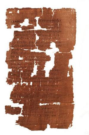Detalle de la unión de partes del manuscrito hallado en Egipto que data de los siglos III ó IV y que contiene la única copia conocida de El Evangelio de Judas con el encabezamiento del texto: El relato secreto de la revelación que Jesús le participó a Judas Iscariote durante una semana, tres días antes de celebrar la pascua. <p> El antiguo manuscrito ha sido restaurado, autentificado y traducido por un equipo de especialistas después de haber estado perdido durante mil 700 años.