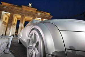 Una escultura de un Audi tt coupe frente a la entrada Brandenburg  en Berlín, Alemania como parte del proyecto Alemania, tierra de ideas.
