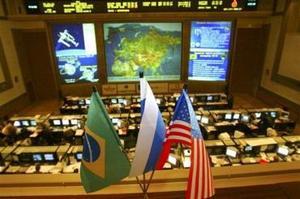 Según el reglamento vigente, los 'veteranos' de la ISS ante todo enseñan a los 'novatos' las rutas y procedimientos a cumplir en caso de que alguna avería y otra emergencia obligue a evacuar de forma urgente la estación orbital.