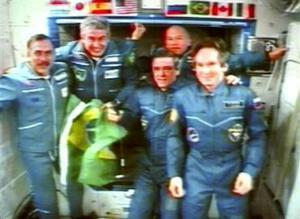 Tras la ceremonia de bienvenida, los cinco astronautas se comunicaron con el Centro ruso de Control de Vuelos Espaciales (CCVE), desde donde dirigentes de los programas cósmicos de Rusia, Estados Unidos y Brasil les felicitaron con motivo del exitoso acoplamiento de la nave Souyz con la estación.