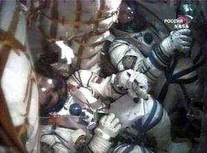 El brasileño fue el primero en penetrar en la estación espacial, adonde entró 'nadando' en la ingravidez, sonriente y con la bandera de su país en las manos, seguido de sus compañeros de vuelo que integran la décimo tercera expedición, ISS-13.