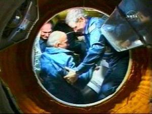 Antes de abrir las escotillas para el apretón de manos en la órbita, los astronautas durante una hora y media conectaron una serie de cables de alimentación, equilibraron la presión entre la nave y la ISS y comprobaron que no hay fugas de aire.