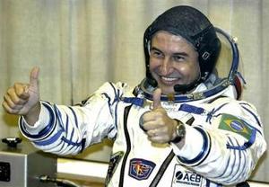 El primer astronauta de Brasil, Marcos Pontes, llevó  la bandera de su país a la Estación Espacial Internacional (ISS), a la que llegó en una nave cósmica junto a la décimo tercera tripulación ruso-estadounidense del laboratorio orbital.  <p>  Pontes accedió a la ISS junto al cosmonauta ruso Pável Vinográdov y el astronauta estadounidense Jeffrey Williams en la nave rusa Soyuz TMA-8, lanzada el pasado jueves desde el cosmódromo kazajo de Baikonur, en Asia Central.