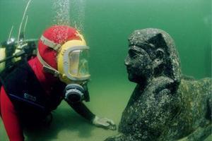 Franck Goddio mirando a una esfinge fabricada de granito negro, que tiene la imagen del Rey Tolomeo XII, padre de Cleopatra VII, y que fue encontrada en el fondo del mar del puerto de Alejandría, en Egipto.<P> La estatua data del siglo 1 antes de Cristo.