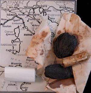 Foto facilitada por la casa de subastas Spinks que muestra un primer plano de un par de ciruelas pasas que han sobrevivido y que fueron usadas para esconder los mapas con las rutas de huída para los prisioneros de guerra y miembros de la resistencia francesa durante la II Guerra Mundial.<P>  Estas piezas forman parte de una extraordinaria colección de materiales que serán subastados por Spinks en Londres (Reino Unido). <P> Las ciruelas pasas son solo dos de las miles usadas por el ejército de agentes secretos de Churchill para pasar de contrabando documientos en miniatura en los campos de prisioneros de guerra.  <P> La colección pertenecía a Ddoreen Multo, una agente secreta, y ahora su sobrino quiere venderla.