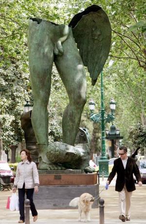 Vista de una de las veintidós esculturas de bronce de gran formato que componen la exposición del escultor polaco Igor Mitoraj inaugurada en la gran Via Valenciana.