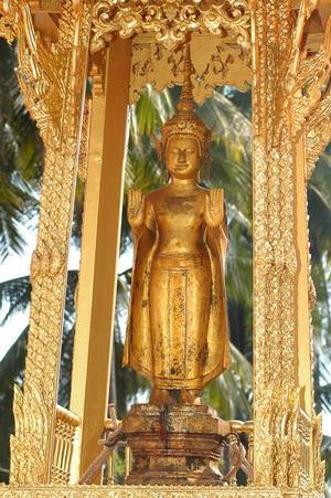 La estatua Prabang es sacada a hombros del antiguo Palacio Real en Luang Prabang (Laos). La estatua se saca una vez al año con motivo de las celebraciones por el año nuevo laosiano.