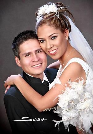 Ing. Mario Héctor Gutiérrez Llanas e Ing. Cristina Morales Guerrero el día de su enlace matrimonial.  <p> <i>Estudio: Sosa</i>
