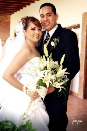 Sr. Rubén Torres Espinoza y Srita. Ana Judith Sánchez Zúñiga contrajeron matrimonio el sábado 18 de marzo.  <p> <i>Estudio: Lucero Kanno</i>